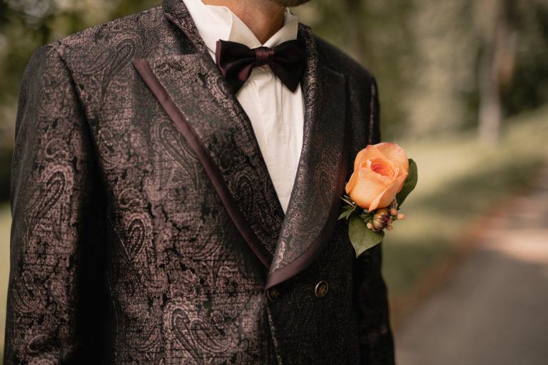 Bräutigam in stilvollen Hochzeitskleid